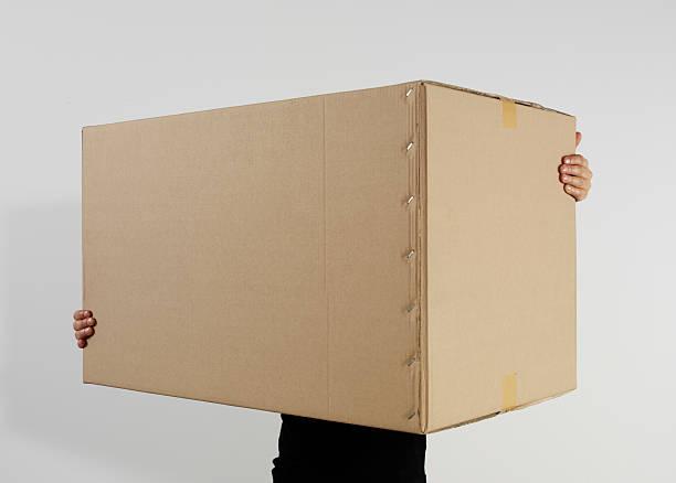 Mann hält Karton-Box – Foto