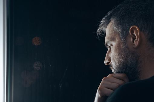 Mann Hält Kinn Neben Fenster Stockfoto und mehr Bilder von Abgeschiedenheit