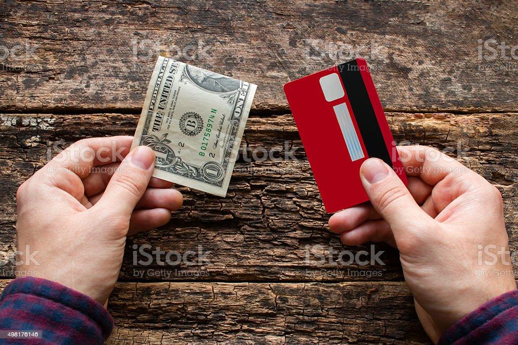Mann hält Kreditkarte und Geld – Foto