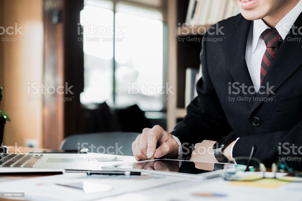 Mann hält Kreditkarte und mit Laptop und Smartphone-shopping-Website online, shopping Konzept – Foto