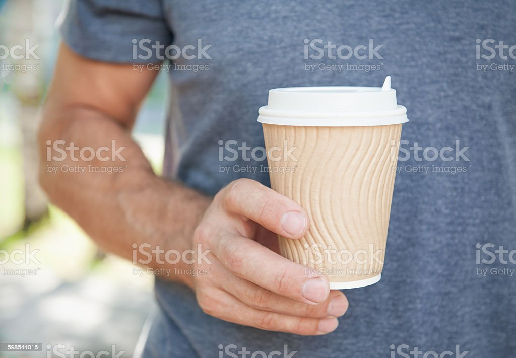 Man holding empty paper coffee cup. Template mock up photo libre de droits