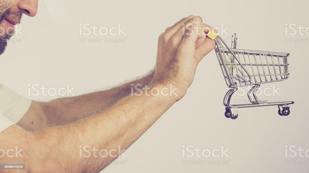 Hombre holding vaciar carrito - Foto de stock de Adulto libre de derechos