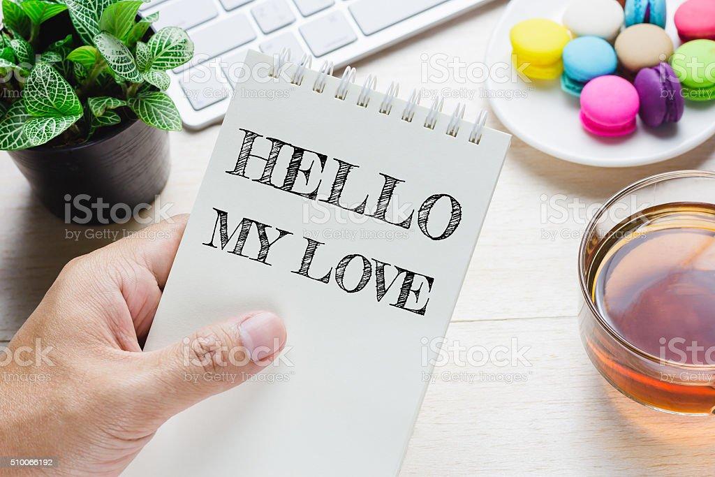 Hombre Que Agarra Hola Mi Amor Mensaje En Libro Foto De