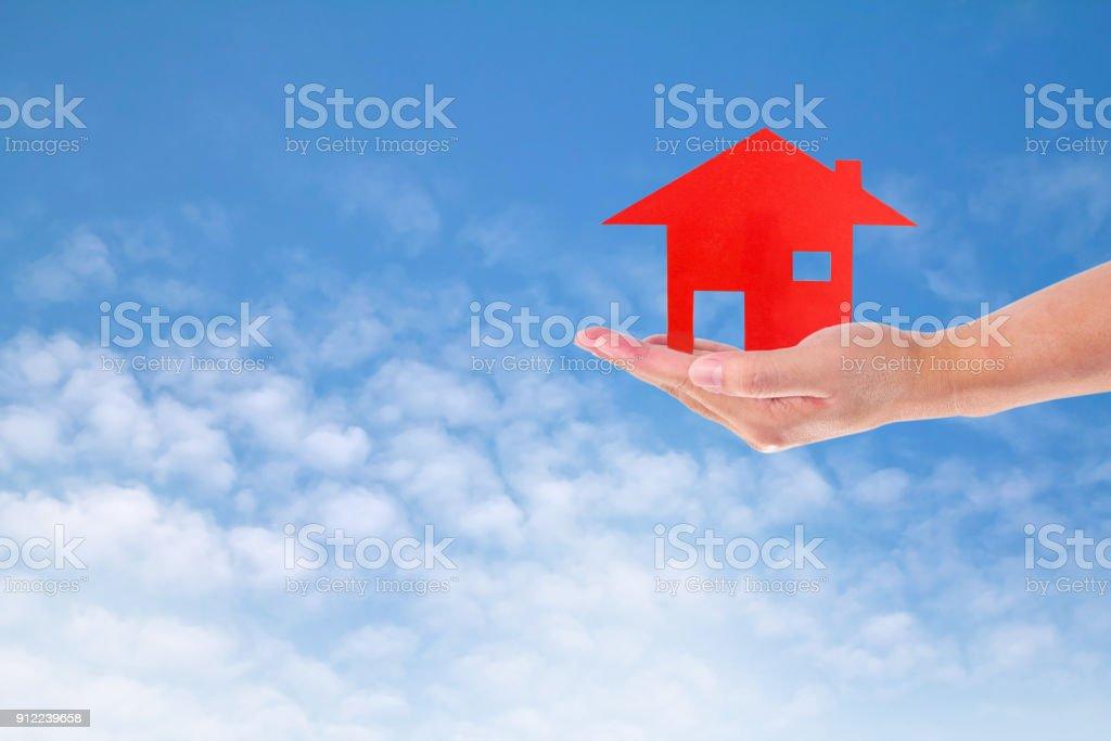 Mann hält Haus am Himmel – Foto
