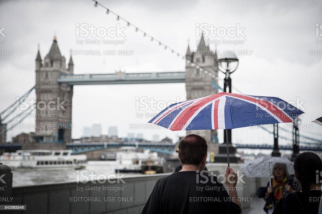 Man holding huge British flag umbrella - foto stock