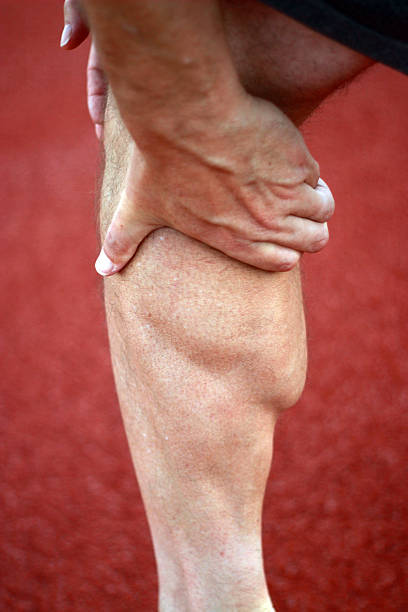 mann hält schwere kalbsleder muskeln - wadenkrämpfe was tun stock-fotos und bilder