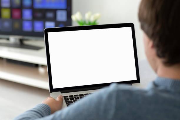 Mann hält Laptop mit isoliertem Bildschirm im Raum – Foto