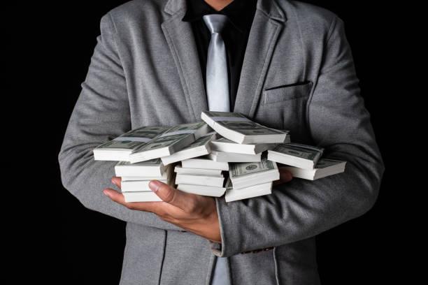 Mann, der Geld in der hand hält auf schwarzen Hintergrund, Mann eine Menge Geld von Handel, Business-Erfolg-Konzept erhalten. – Foto