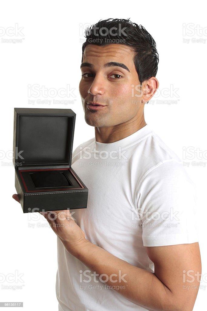 Uomo che tiene aperto scatola regalo portagioielli foto stock royalty-free