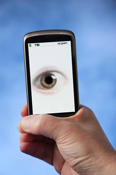 ваш телефон находится за вас - hand holding phone стоковые фото и изображения