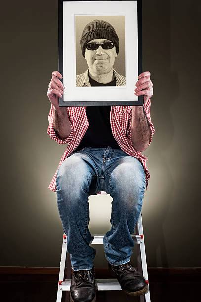 Mann hält Bilderrahmen – Foto