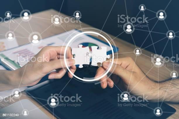 Man Met Stukjes Van De Puzzel Overeenkomende Bedrijfsconcept Menigte Sourcing Freelancer Telewerken Stockfoto en meer beelden van Advies