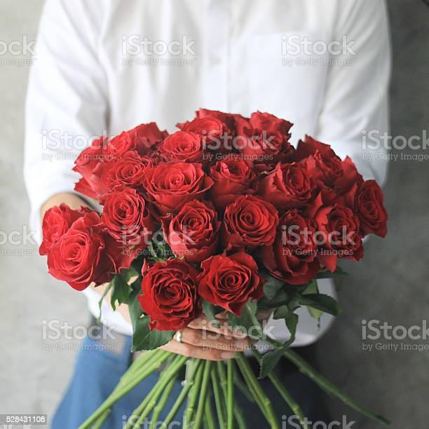Man holding red roses picture id528431108?b=1&k=6&m=528431108&s=612x612&h=meuevpw1kxe43giwjtjdjr5eaeqz 6f7 ruxiqmqu8u=