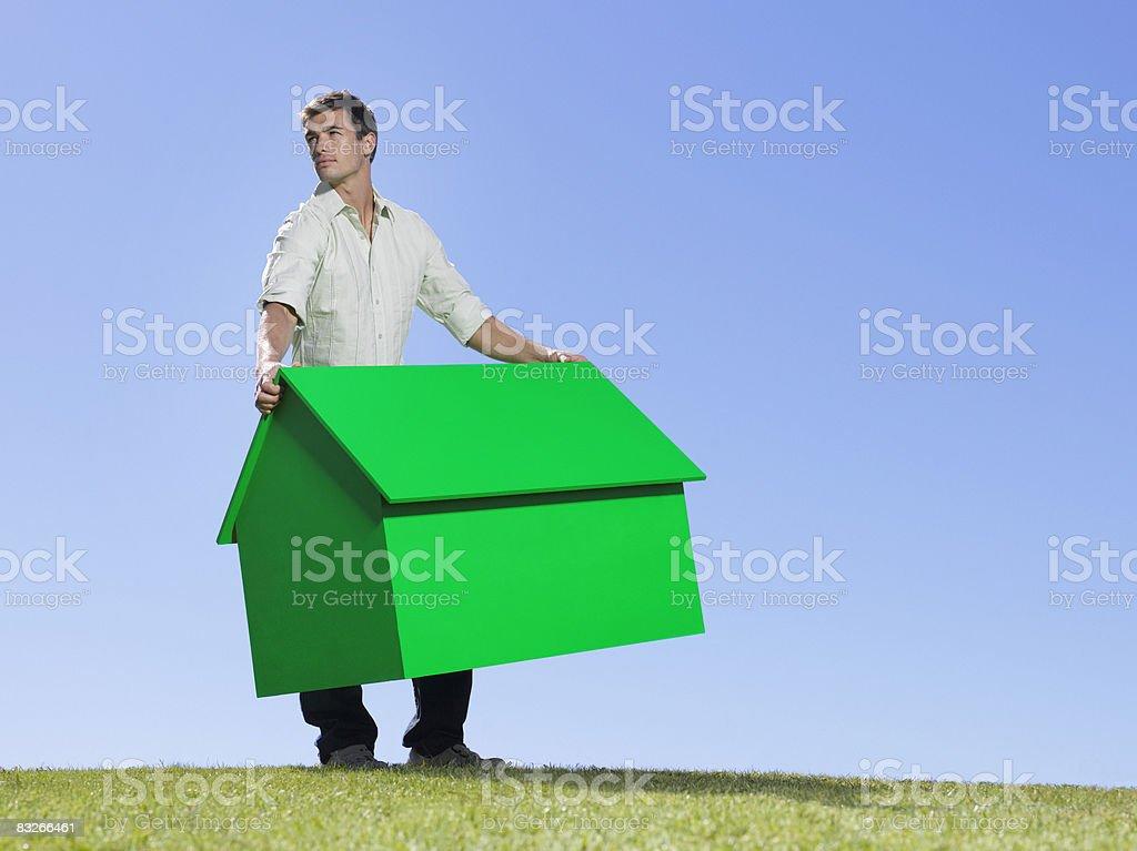 Mann hält kleine model house – Foto