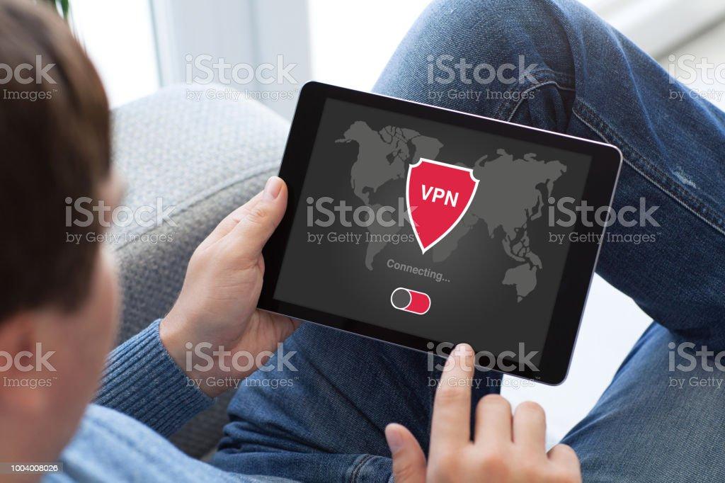 Mann hält Tablet app VPN-Einrichtung Internet Protokolle Schutz Netzwerk – Foto