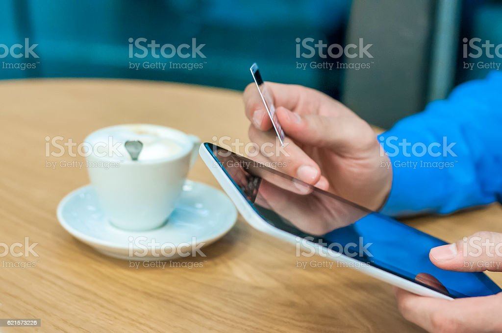 Man holding tablet pc and credit card indoor, Shopping Online photo libre de droits