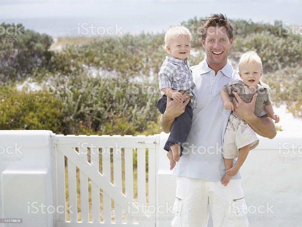 Homem segurando dois Meninos foto de stock royalty-free