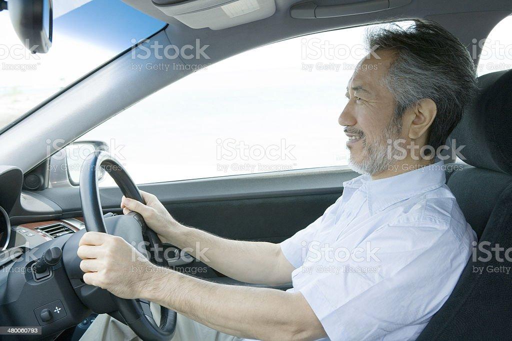 車ホイールを持つ男性 ストックフォト