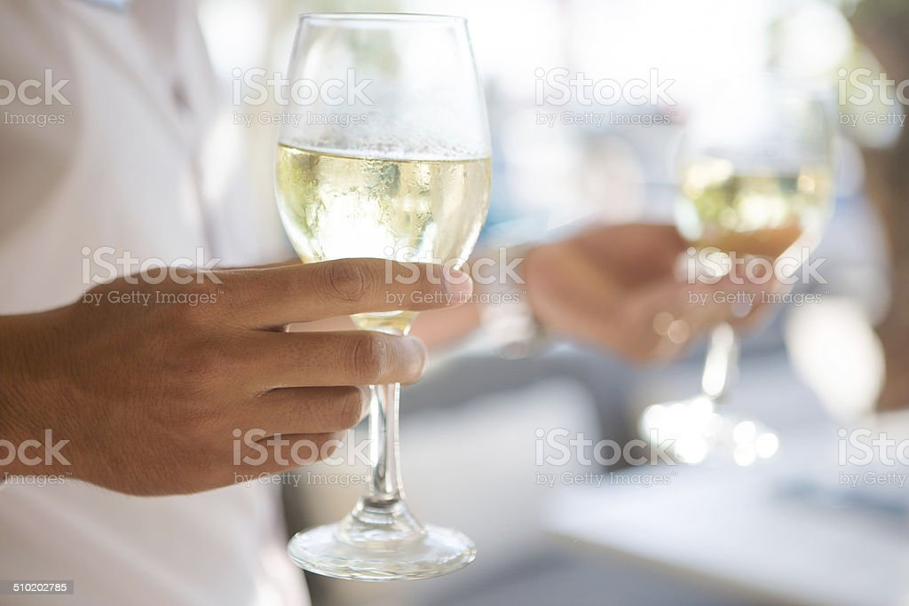 Mann hält Weinglas – Foto