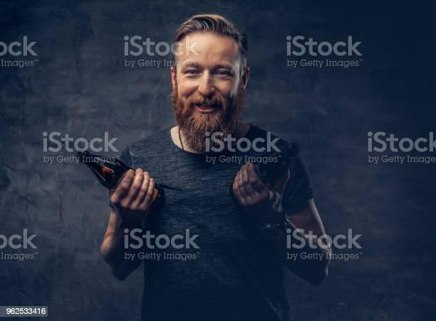 Foto de Um Homem Mantém A Garrafa De Cerveja e mais fotos de stock de Alcoolismo