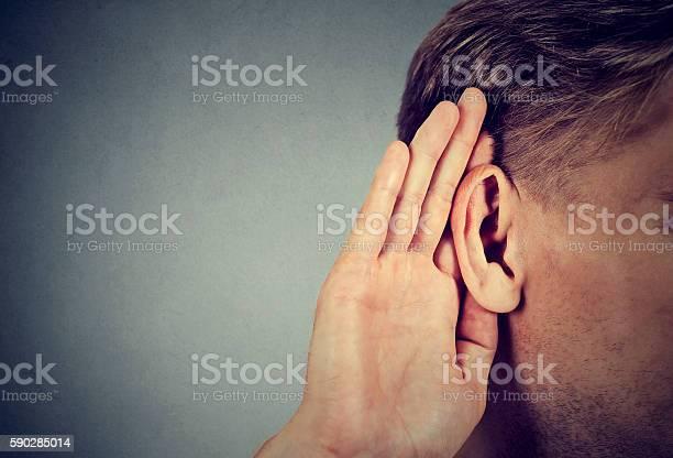 Mann Hält Hand In Der Nähe Des Ohres Und Hört Aufmerksam Zu Stockfoto und mehr Bilder von Zuhören