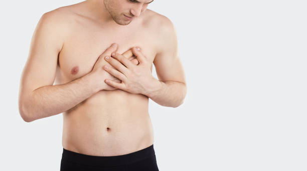 Mann hält Brust mit der Hand – Foto