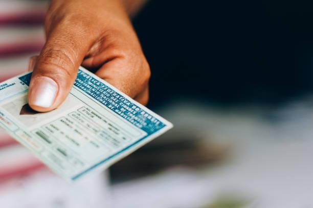 der mann besitzt den national driver es license (cnh). offizielles dokument von brasilien, das die fähigkeit eines bürgers bescheinigt, landfahrzeuge zu fahren - führerschein stock-fotos und bilder