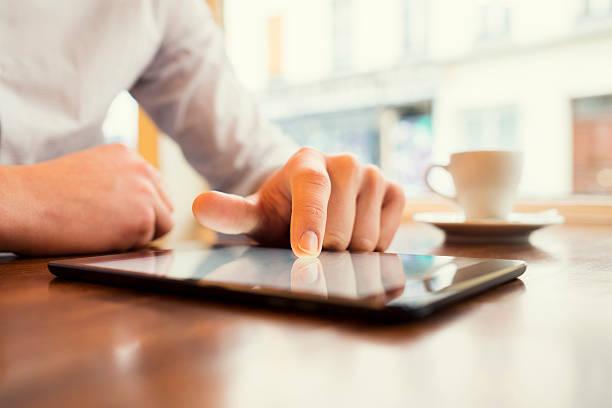 Mann in einer bar mit tablet-pc. Fenster Hintergrund. – Foto