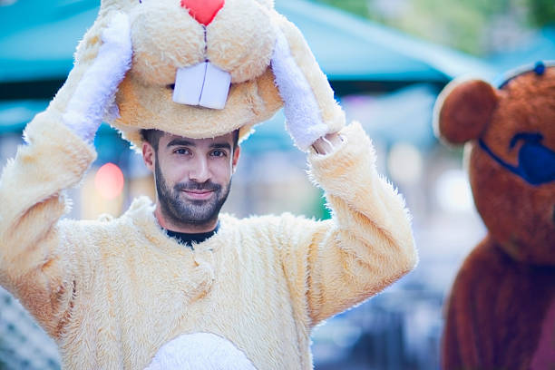 mann in einem bunny-kostüm - faschingskostüme herren stock-fotos und bilder