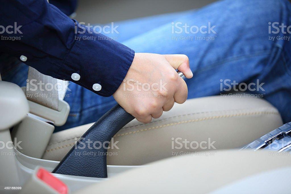 Ziehen der Handbremse eines Autos - Lizenzfrei Ausrüstung und Geräte Stock-Foto