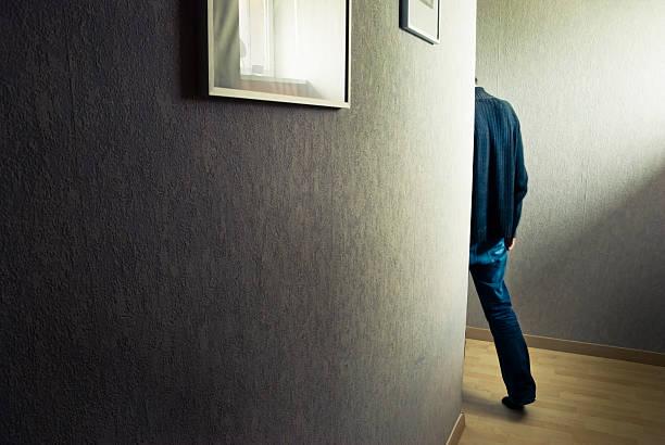 Homme dans un couloir - Photo