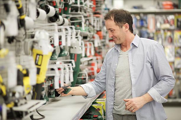homem em uma loja de ferragens - material de construção imagens e fotografias de stock