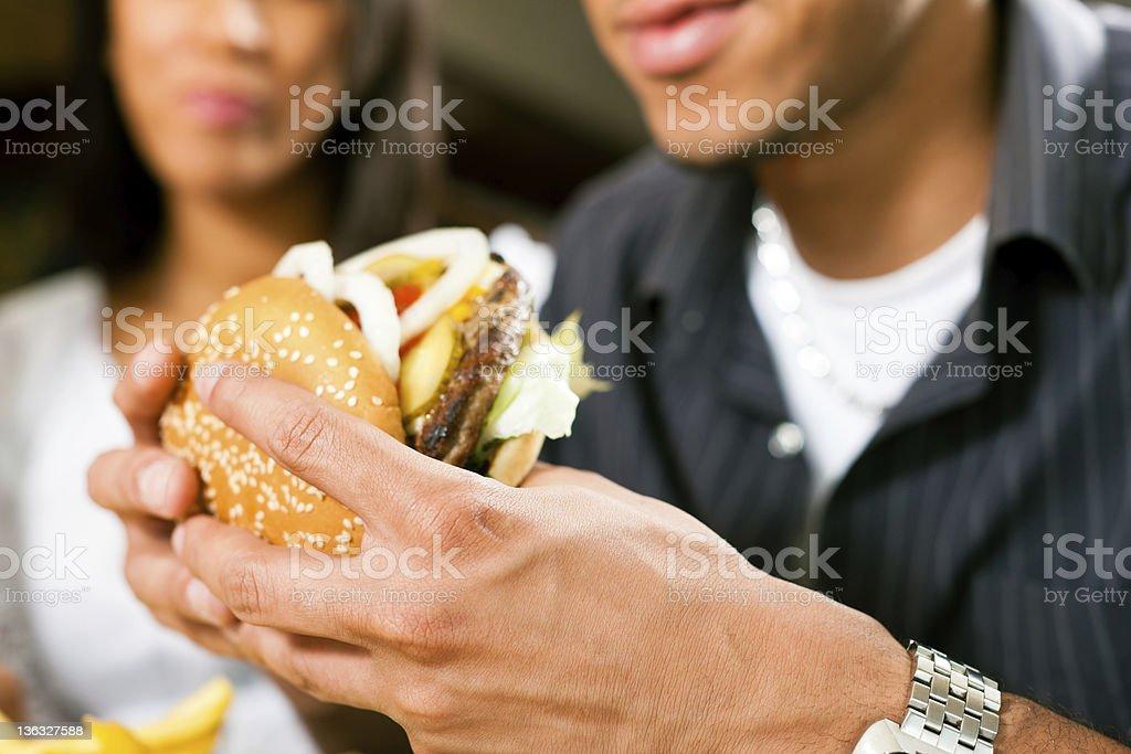 Homme dans un restaurant manger hamburger - Photo
