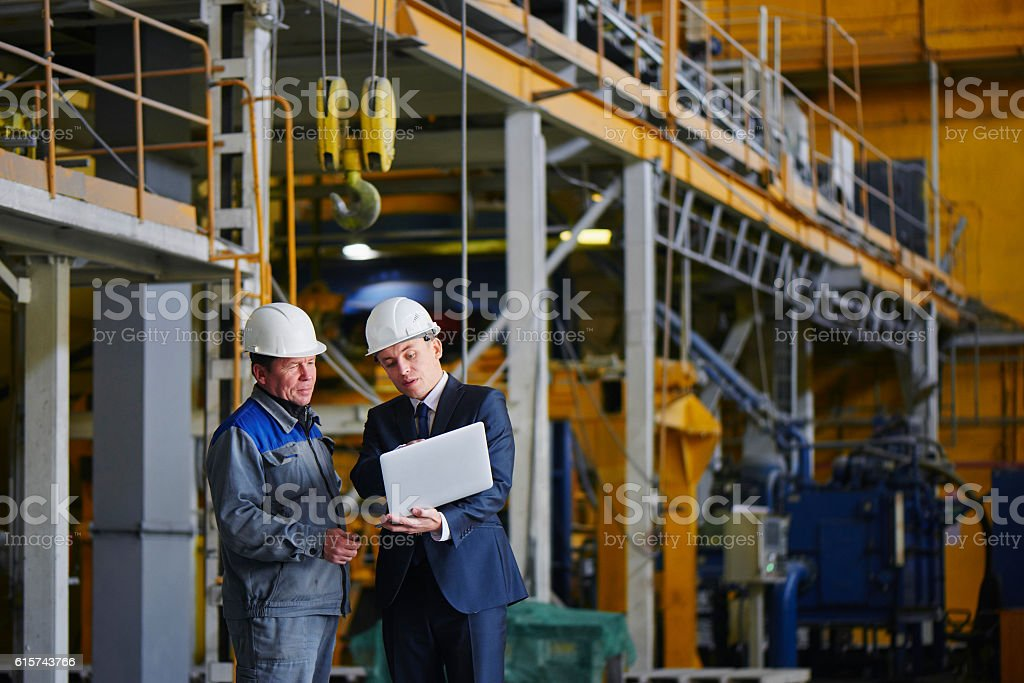 Man in a suit and a worker in overalls – Foto
