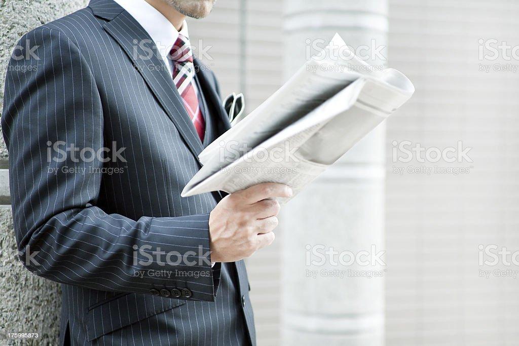 Der Geschäftsmann liest Zeitung, – Foto
