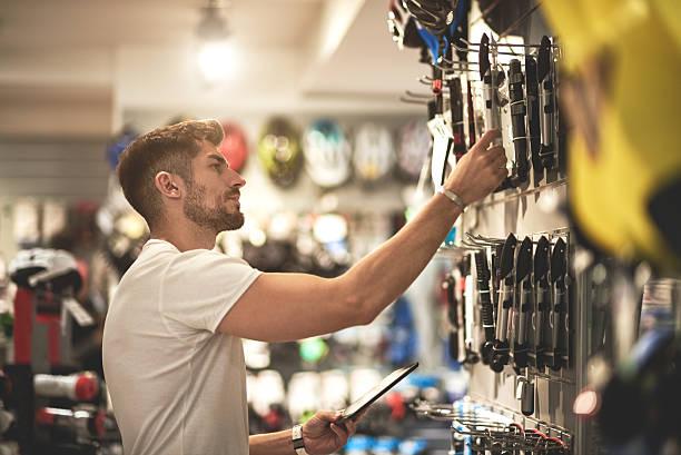 man in bicycle store - baumarkt stock-fotos und bilder