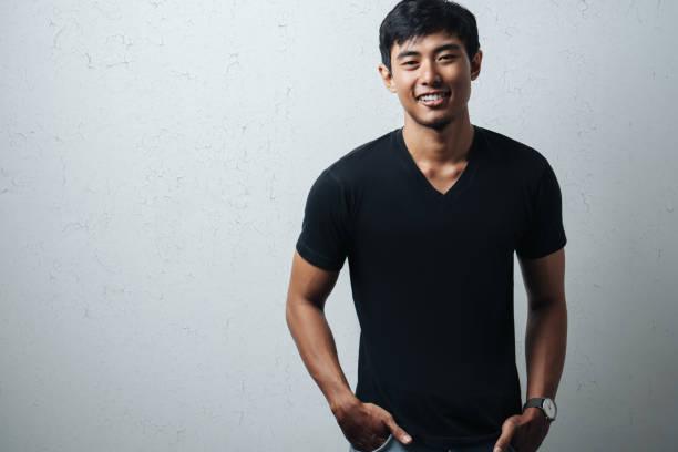 Mann im schwarzen T-shirt leer – Foto