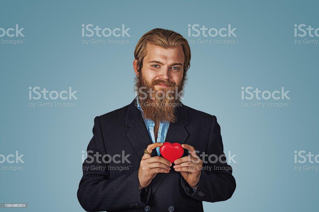 hombre de chaqueta negra y camisa azul permanente y caja de regalo roja en forma de corazón grande - foto de stock