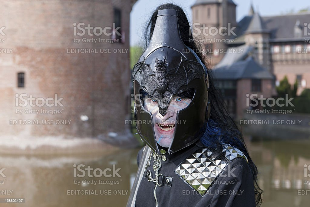 Man in black with helmet impersonates vampier at Fantasy Fair foto