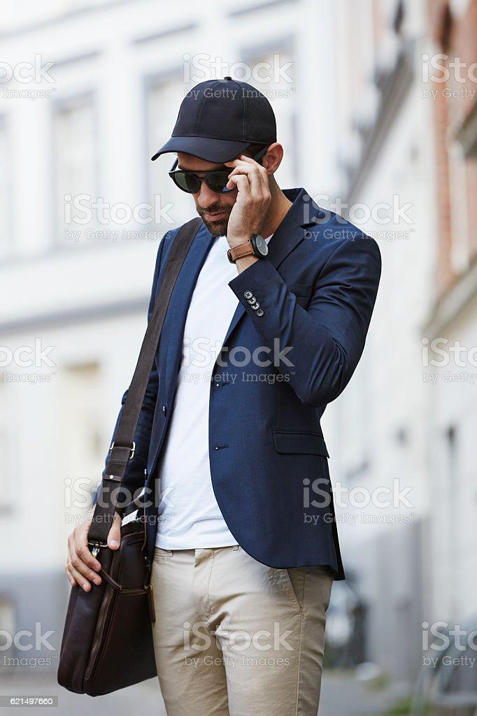 Man in blue blazer adjusting shades photo libre de droits