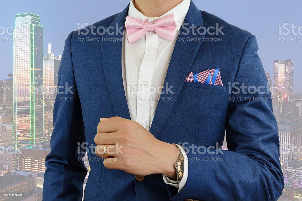 Mann Im Blauen Anzug Fliege Mit Einstecktuch Stockfoto und