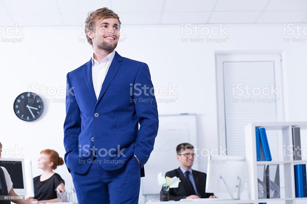 Man in blue suit in open space office Lizenzfreies stock-foto