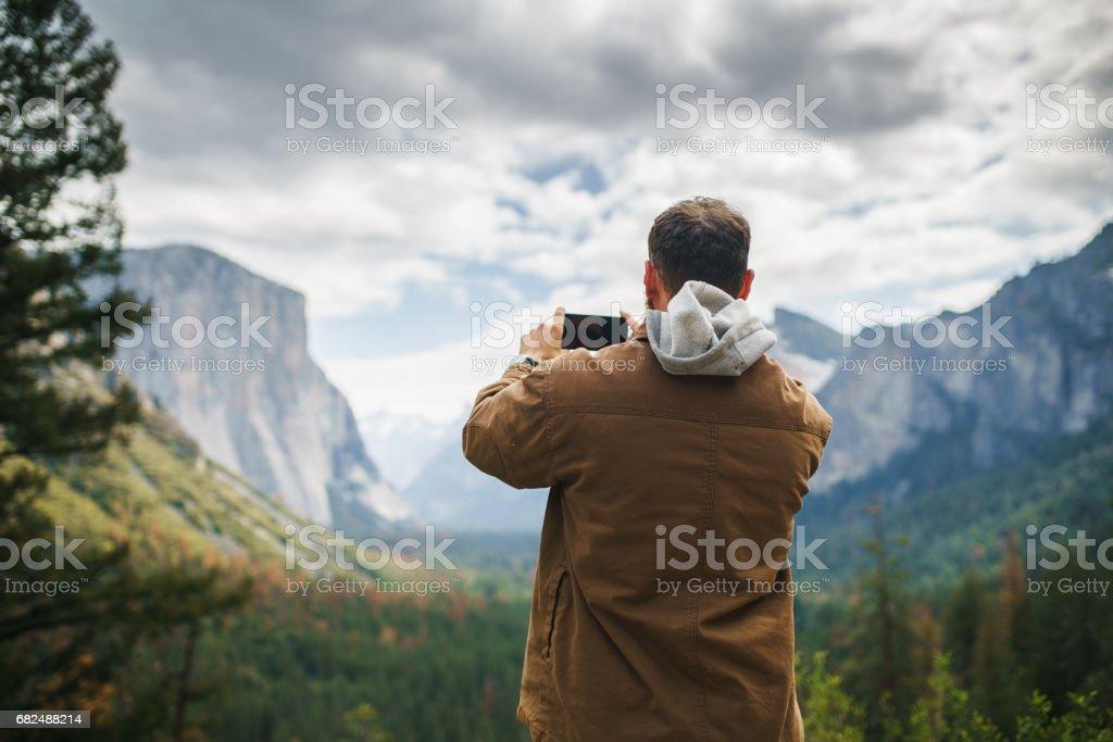 yosemite, kahverengi ceket alma Fotoğraftaki adam royalty-free stock photo