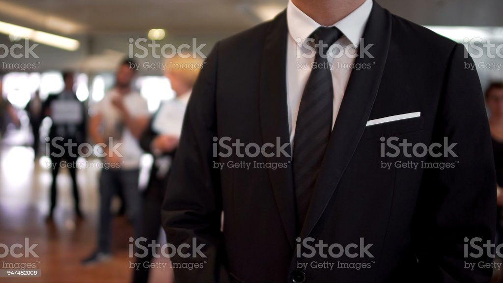Hombre en traje de negocios a la espera de llegadas en el hall del aeropuerto, agente de viajes, turismo - Foto de stock de Adulto libre de derechos