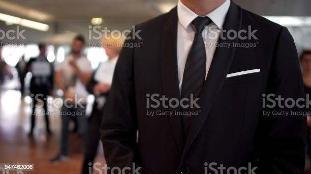 Hombre En Traje De Negocios A La Espera De Llegadas En El Hall Del Aeropuerto Agente De Viajes Turismo Foto de stock y más banco de imágenes de Adulto