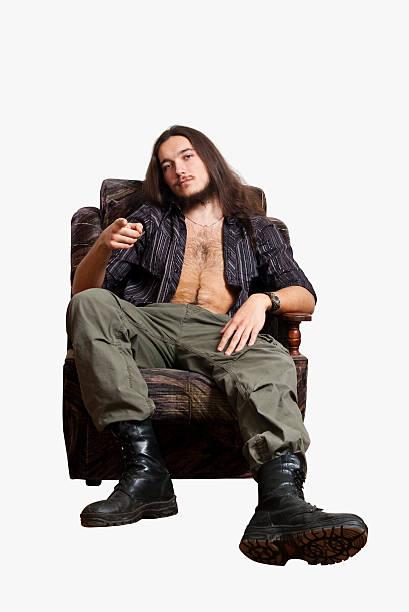Mann im Stuhl zeigt einen finger. – Foto