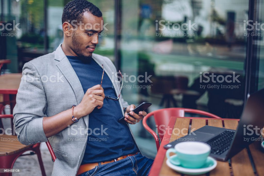 Kahve Dükkanı manifatura erkekte - Royalty-free Adamlar Stok görsel