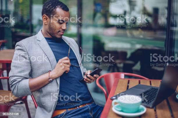 Kahve Dükkanı Manifatura Erkekte Stok Fotoğraflar & Adamlar'nin Daha Fazla Resimleri