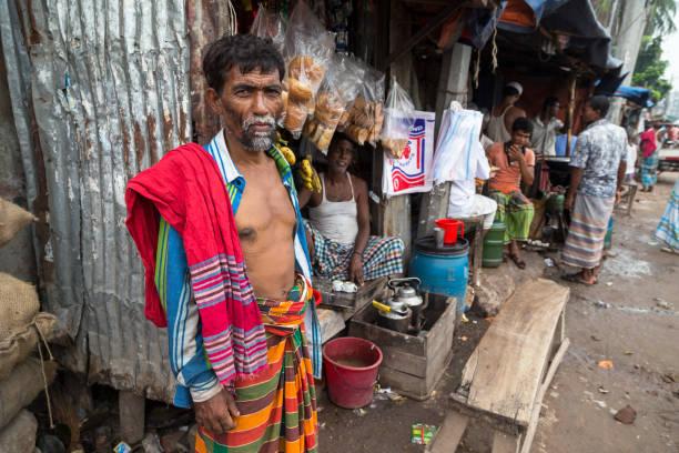 Dhaka, Bangladesch - 29. Juli 2016: Mann in bunte Kleidung draußen einen Tee Stand auf Shyambazar Gemüsemarkt – Foto