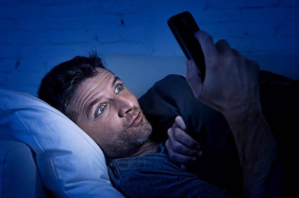 Mann im Sofa mit Handy vor online porn – Foto
